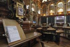 Общий вид на зал биржи в Мадриде, 10 апреля 2012 г. Европейские акции растут при поддержке банков и горнорудных компаний. REUTERS/Andrea Comas