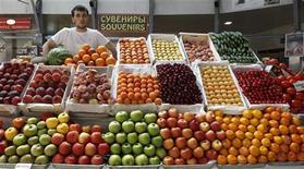 Продавец овощей и фруктов на рынке в Санкт-Петербурге, 2 июня 2011 г. Инфляция в РФ за период с 1 по 9 апреля составила 0,1 процента по сравнению с 0,2 процента за аналогичный период 2011 года, сообщил Росстат в среду. REUTERS/Alexander Demianchuk