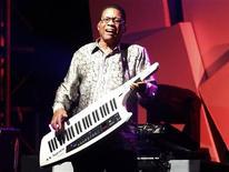 Jazzista Herbie Hancock toca durante o festival Java Jazz Festival, em Jacarta. O músico vai revelar detalhes íntimos da sua carreira em uma autobiografia a ser lançada em 2014.  02/03/2012  REUTERS/Supri