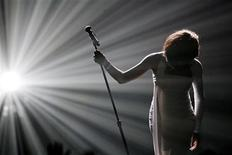 """Whitney Houston bows after performing """"I Didn't Know My Own Strength"""" at the 2009 American Music Awards in Los Angeles, California November 22, 2009. REUTERS/Mario Anzuoni"""