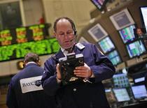 Трейдер работает в торговом зале фондовой биржи в Нью-Йорке, 11 апреля 2012 года. Обнадеживающее начало сезона отчетов в США помогло американским акциям вырасти по итогам торгов среды и прервать пятидневное снижение, в результате которого индекс S&P 500 ушел ниже ключевого технического уровня. REUTERS/Brendan McDermid