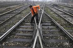 Рабочий проверяет рельсы около ж/д станции в китайской провинции Цзянси, 10 марта 2008 года. Один из крупнейших частных железнодорожных операторов Глобалтранс увеличил чистую прибыль по международным стандартам в 2011 году на 40 процентов до $317,2 миллиона, сообщила компания в четверг. REUTERS/Stringer