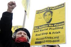 Демонстрант в Нью-Йорке на митинге общественности, требующей расследования  убийства чернокожего тинейджера во Флориде 10 апреля 2012. рокуратура Флориды предъявила местному жителю обвинение в убийстве темнокожего подростка, всколыхнувшем Америку из-за подозрений в расовой подоплеке и побудившем президента Барака Обаму выступить с комментарием в разгар предвыборной кампании. REUTERS/Keith Bedford