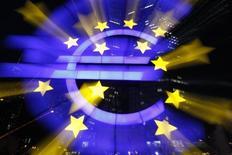 <p>Dans son bulletin mensuel, la Banque centrale européenne (BCE) indique que la demande en crédits de la part des entreprises et des ménages dans la zone euro devrait rester faible au cours des mois à venir, ce qui devrait limiter les risques inflationnistes. /Photo d'archives/REUTERS/Alex Domanski</p>