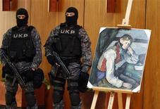 """<p>Membres des forces spéciales serbes surveillant à Belgrade une célèbre toile de Paul Cézanne, """"Le Garçon au gilet rouge"""". Cette peinture, qui avait été dérobée il y a quatre ans dans une galerie en Suisse, a été retrouvée par la police serbe. /Photo prise le 12 avril 2012/REUTERS/Marko Djurica</p>"""