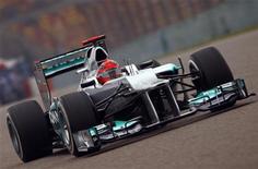 Piloto de Fórmula 1 Michael Schumacher, da equipe Mercedes, durante segunda sessão de treinos do Grande Prêmio chinês de F1 no circuito internacional de Xangai. 13/04/2012  REUTERS/Petar Kujundzic