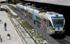 Женщина стоит на платформе в Афинах, 10 мая 2011 года. Три европейские железнодорожные компании заинтересованы в покупке всего или части железнодорожного бизнеса Греции, распродающей активы для сокращения долгов, сообщили Рейтер источники, близкие к переговорам. REUTERS/John Kolesidis