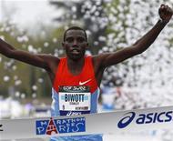 Queniano Stanley Biwott cruza linha de chegada para vencer a 36a Maratona de Paris, em Paris. 15/04/2012    REUTERS/Jacky Naegelen
