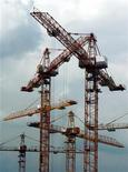 Строительные краны на юго-западе Москвы, 8 июля 2003 г. Девелопер RGI, получивший убытки в прошлом году в связи с запретом московских властей строить в центре, получил одобрение на возведение отеля в районе Таганки. REUTERS/Sergei Karpukhin
