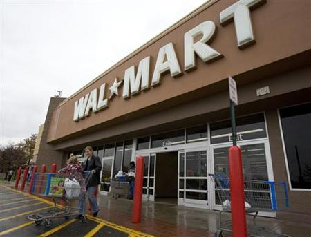 Shoppers cart their purchases from a Wal-Mart store in Alexandria, Virginia November 12, 2009. REUTERS/Richard Clement