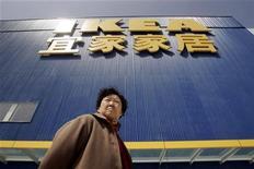 Женщина проходит мимо магазина Ikea в Пекине, 12 апреля 2006 года.  Крупнейший в мире производитель мебели IKEA планирует выйти на рынок бытовой электроники с продуктами, разработанными совместно с китайской компанией TCL Multimedia, сообщили представители IKEA. REUTERS/Claro Cortes IV