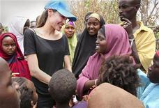 Посол доброй воли ООН и актриса Анжелина Джоли общается с детьми в лагере беженцев Дадааб на кенийско-сомалийской границе 12 сентября 2009 года. Кинозвезда Анжелина Джоли станет специальным послом ООН по делам беженцев, сообщила организация во вторник. REUTERS/Boris Heger/UNHCR/Handout