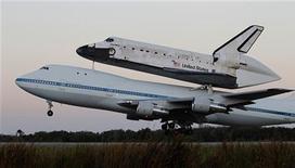 Nave espacial Discovery, atracada a uma aeronave modificada da NASA 747, decola em direção ao Museu Nacional Aeroespacial Smithsonian, na Virgínia. 17/04/2012  REUTERS/Joe Skipper