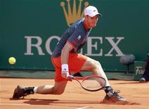 Andy Murray, da Grã-Bretanha, rebate bola de Viktor Troicki, da Sérvia, durante partida do masters de Monte Carlo, em Mônaco. 17/04/2012  REUTERS/Eric Gaillard