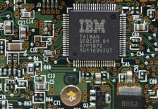 Микросхема процессора IBM, сфотографированная в Киеве, 5 марта 2012 года. Выручка IBM в первом квартале 2012 года оказалась ниже ожиданий Уолл-стрит, разочаровав инвесторов, несмотря на позитивные показатели прибыли и повышение годового прогноза. REUTERS/Gleb Garanich