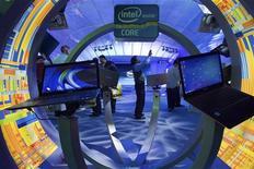 Ноутбуки с процессорами Intel на Международной выставке потребительской электроники в Лас-Вегасе, 12 января 2012 года. Показатели Intel Corp в первом квартале демонстрируют, что компьютерный сектор мировой экономики скорее жив, чем мертв, и компания обещает ускорить продажи во втором полугодии в связи с выпуском нового процессора Ivy Bridge. REUTERS/Steve Marcus