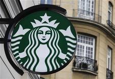 Логотип Starbucks на здании кафе в Варшаве, 7 марта 2012 г. Starbucks Corp планирует расширить свою сеть в Китае с 570 до 1.500 заведений к 2015 году, сообщил глава сети Говард Шульц.  REUTERS/Kacper Pempel