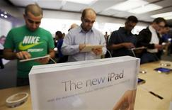 Consumidores observam novo iPad em loja da Apple em Toronto. Os resultados da Apple serão dissecados com mais atenção que nunca na semana que vem, depois de uma oscilação nas ações que provocou preocupações em Wall Street quanto a uma possível perda de ímpeto na alta inacreditável de seus papéis Foto de arquivo. 16/03/2012   REUTERS/Mark Blinch