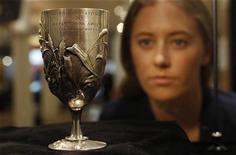 Funcionária da Christie Georgia Spray posa para foto com a taça de prata Breal. A taça de prata entregue ao vencedor da maratona nos primeiros Jogos Olímpicos modernos, em Atenas-1896, foi vendida por 541.250 libras (860.000 dólares) em Londres nesta quarta-feira, quebrando o recorde de leilão para itens olímpicos. 17/04/2012   REUTERS/Suzanne Plunkett