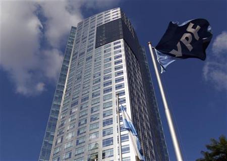 4月18日、アルゼンチン上院委員会は、スペイン石油大手レプソルのアルゼンチン子会社YPFの国有化法案を承認した(2012年 ロイター/Marcos Brindicci)