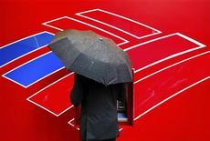 Мужчина снимает деньги в банкомате Bank of America в Шарлотте, 18 апреля 2012 года. Прибыль Bank of America Corp снизилась в первом квартале 2012 года из-за расходов, связанных с его задолженностью. REUTERS/Chris Keane