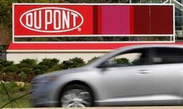 Логотип Dupont перед заводом компании близ Уилмингтона (штат Делавэр), 17 апреля 2012 года. Квартальная прибыль и выручка DuPont превысили ожидания Уолл-стрит благодаря росту цен и сильным продажам гербицидов и генетически модифицированных семян. REUTERS/Tim Shaffer