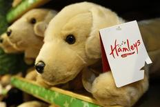 """Игрушечная собака в магазине игрушек Hamleys в Лондоне, 16 декабря 2011 г. Группа ideas4retail, созданная бизнесменами Александром Мамутом и Евгением Бутманом и развивающая в РФ сеть товаров для детей Hamleys, делает ставку на беби-бум и запустит в этом году еще несколько проектов в """"детском"""" ритейле. REUTERS/Luke MacGregor"""