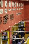 Трейдеры работают в зале ММВБ в Москве, 19 сентября 2008 г. Российские акции в четверг отскочили на благоприятном внешнем фоне, который сформировался благодаря удачному размещению испанских гособлигаций и отчетам Северстали и X5, но многие инвесторы по-прежнему не проявляют активности, ожидая более выразительных сигналов. REUTERS/Denis Sinyakov