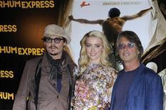 """Atores Johnny Depp (E), Amber Heard (C) e diretor Bruce Robinson posam para fotógrafos durante exibição do filme """"Diário de Um Bêbado"""", em Paris, em novembro de 2011. 08/11/2011 REUTERS/Gonzalo Fuentes"""