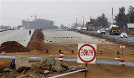Traffic flows along the Nairobi-Thika highway project, under construction near Kenya's capital Nairobi, September 13, 2010. REUTERS/Thomas Mukoya