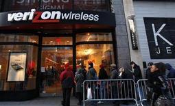 Customers wait in line outside a Verizon Wireless store in New York, February 10, 2011. REUTERS/Mike Segar