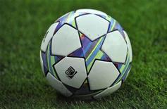 """Футбольный мяч на стадионе """"Эмирейтс"""" в Лондоне, 16 августа 2011 г. Лигочемпионским амбициям """"Лиона"""" был нанесен серьезный удар в Тулузе, где команда Реми Гарда в среду вечером проиграла одноименному клубу со счетом 0-3. REUTERS/Toby Melville"""