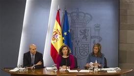 <p>Soraya Saenz de Santamaria, la vice-présidente du gouvernement espagnol, entourée du ministre de l'éducation (à gauche) et de la ministre de la santé, a présenté vendredi de nouvelles réformes dans les secteurs de la santé et de l'éducation. Pour réduire son déficit budgétaire, le pays devra diminuer le budget de la santé de sept milliards d'euros par an et celui de l'éducation de trois milliards supplémentaires. /Photo prise le 20 avril 2012/REUTERS/Sergio Perez</p>
