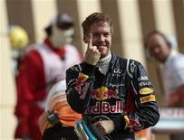 Piloto de F1 Vettel gesticula após conquistar a pole position no GP do Barein. O campeão mundial de Fórmula 1 Sebastian Vettel, da Red Bull, conquistou sua primeira pole position da temporada no treino classificatório para o controverso Grande Prêmio do Barein no sábado. 21/04/2012  REUTERS/Darren Whiteside