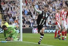 Cabaye, do Newcastle United, comemora gol contra o Stoke City durante partida da Liga Inglesa em Newcastle. O Newcastle entrou na disputa por uma vaga na Liga dos Campeões neste sábado com uma vitória por 3 x 0 sobre o Stoke City que o alçou ao quarto lugar no Campeonato Inglês enquanto os rivais Arsenal e Chelsea apenas empataram em 0 x 0. 21/04/2012   REUTERS/Nigel Roddis