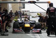 Equipe da Red Bull pratica pit stop com o piloto Vettel durante sessão de treinos do GP do Barein. O campeão de Fórmula 1 Sebastian Vettel agradeceu a sua esforçada equipe mecânica da Red Bull neste sábado por ajudá-lo a fazer a sua primeira pole position da temporada no polêmico GP do Barein. 20/04/2012    REUTERS/Ahmed Jadallah