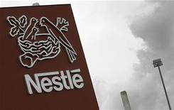 Логотип Nestle около фабрики в Орбе, 20 апреля 2012 года. Швейцарская Nestle намерена купить бизнес по производству пищевых продуктов американской Pfizer за $11,85 миллиарда, оттеснив французского конкурента Danone. REUTERS/Joao Vieria