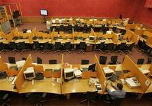 Зал фондовой биржи ММВБ в Москве, 13 ноября 2008 года. Торговая сессия в основном секторе фондового рынка ММВБ завершилась в понедельник раньше времени из-за технического сбоя, и завтра биржевые индексы могут наверстать упущенную возможность опуститься ниже вслед за иностранными площадками. REUTERS/Alexander Natruskin