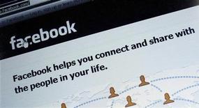 Uma foto-ilustração mostra a página de log-on do website Facebook, em Munique, 2 de fevereiro de 2012. REUTERS/Michael Dalder