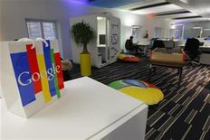 Пакет с логотипом Google в новом офисе компании в Париже, 6 декабря 2011 года. REUTERS/POOL New REUTERS/Jacques Brinon/Pool