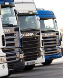 Грузовики Scania стоят на парковке на окраине Берлина, 1 февраля 2012 года. Прибыль производителя грузовиков Scania в первом квартале 2012 года снизилась, однако превысила ожидания рынка за счет некоторой стабилизации спроса. REUTERS/Thomas Peter