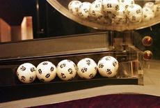 Выигрышные шары в лотерее Powerball. Фотография сделана 30 августа 1998 года. Радости жительницы штата Виргиния не было предела, когда она узнала, что выиграла $1 миллион в лотерею. Через мгновение она поняла, что ей крупно повезло дважды. REUTERS/Str Old