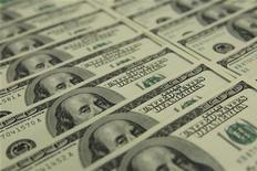 Долларовые купюры в отделении банка OTP в Будапеште 23 ноября 2011 года. Крупный российский продовольственный ритейлер увеличил чистую прибыль по МСФО на 20,7 процента до 3,2 миллиарда рублей за 2011 год, сообщила компания. REUTERS/Laszlo Balogh