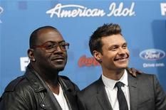 """Jurado do American Idol Randy Jackson(E) e apresentador Ryan Seacrest posam durante festa para finalistas do programa """"American Idol"""", em Los Angeles, em março de 2011. Seacrest continuará à frente do programa de calouros campeão de audiência nos EUA. Foto de arquivo 03/03/2011   REUTERS/Mario Anzuoni"""