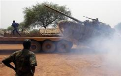 South Sudan's army, or the SPLA, soldiers load a Soviet-made T-72 tank into a truck in Halop, Unity state, April 24, 2012.   REUTERS/Goran Tomasevic