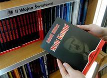 """Cliente segura cópia polonesa do livro de Adolf Hitler """"Mein Kampf"""" em livraria de Wroclaw, no sudoesta da Polônia, em fevereiro de 2005. Estado alemão da Baviera considera publicar um livro com trechos do """"Minha Luta"""" para usar em escolas após 2016, quando expira o prazo do poder legal para banir o livro. Foto de arquivo 23/02/2005 REUTERS/Pierre Logwin"""