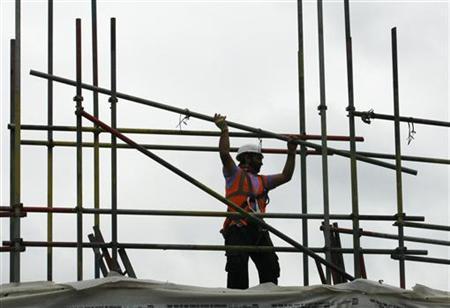 4月25日、英国の第1・四半期実質GDP伸び率速報値は前期比マイナス0.2%に。建設支出が3年来の落ち込みを記録したことが押し下げ要因。写真はロンドンの建設現場(2012年 ロイター)