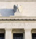 """Здание ФРС США в Вашингтоне, 29 октября 2008 года. Глава Федеральной резервной системы (ФРС) США Бен Бернанке сообщил в среду, что монетарная политика США """"более-менее правильная"""", несмотря на то, что центробанк готов """"без колебаний"""" запустить новый раунд количественного смягчения, если того потребует экономика США. REUTERS/Larry Downing"""