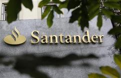 Логотип банка Santander перед зданием в Мадриде, 27 октября 2011 года. Крупнейший банк Испании Santander сообщил о падении чистой прибыли на 24 процента в первом квартале 2012 года после того, как банк зарезервировал средства для покрытия растущих дефолтов по долгам в погрязшей в рецессии Испании. REUTERS/Andrea Comas