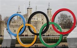 Anéis Olímpicos montados em uma embarcação no rio Tâmisa, posicionados em frente à Torre de Londres, durante evento promocional da Olimpíada de 2012, em Londres. 28/02/2012 REUTERS/Andrew Winning
